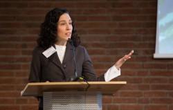 Représentant la communauté bahá'íe d'Allemagne, Saba Detweiler s'adressant au public.