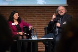 Dana Kelishadi, une journaliste indépendante, et le professeur Heiner Bielefeldt, ancien rapporteur spécial de l'ONU sur la liberté de religion ou de croyance et professeur à l'université Friedrich-Alexander à Erlangen-Nurnberg, échangeant des réflexions au cours d'une table ronde.