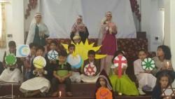 Des enfants célébrant les points communs de toutes les religions au cours d'un événement communautaire