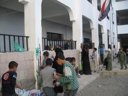 Des jeunes bahá'ís et d'autres jeunes engagés dans un projet de service pour leur communauté