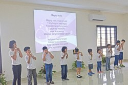 Des enfants chantent à une fête du Riḍván à Manille, aux Philippines