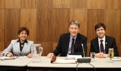 Yasmin Ratansi (à gauche), la première femme musulmane membre du Parlement, est assise avec les députés John McKay (au milieu) et Garnett Genius (à droite) à la conférence d'Ottawa sur le rôle de la religion dans la société canadienne.