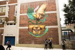 La peinture murale de Marthalicia Matarrita, artiste vivant à New York, symbolise les graines que plante l'éducation. Mme Matarrita est née et a grandi à Harlem, un quartier historique de New York, connu comme un centre de vie et de culture afro-américaine et hispanique.