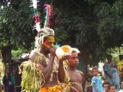 C'est au son de la conque que les membres de la communauté bahá'íe de l'île de Tanna ont marqué le dévoilement du projet du temple. Il s'agit d'un acte traditionnel qui signale des étapes importantes.