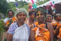 Beaucoup d'habitants de l'île étaient habillés en costumes traditionnels tannais pour accueillir le dévoilement du projet du temple.