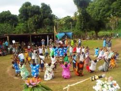 Des danseurs interprètent la scène de l'unité et la dance de l'unité.