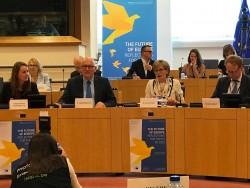 Le vice-président de la Commission européenne, Frans Timmermans (au centre à gauche) : « La seule voie à suivre pour une société aussi diversifiée que l'Europe est de parvenir à une compréhension commune des valeurs que nous partageons. »