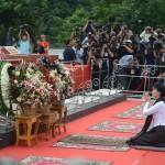 Aung San Suu Kyi a déposé une couronne sur le tombeau de neuf politiciens, dont son père, qui ont été assassinés il y a 70 ans. (Photo de courtoisie du ministère de l'Information du Myanmar)