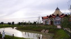 Le temple est entouré de jardins et de bassins.
