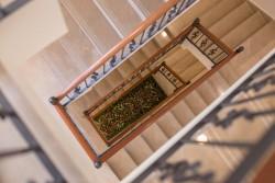 Le bâtiment de trois étages compte quatre niveaux, dont un sous-sol qui offre aux visiteurs et aux pèlerins un endroit où se restaurer, se reposer, lire et discuter.