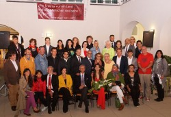 Le maire Richard Hemmer (deuxième rangée, quatrième à partir de la droite) et les membres du conseil municipal, ainsi que certains des bénévoles lors de la célébration de commémoration du bicentenaire de la naissance de Bahá'u'lláh, qui a eu lieu la semaine dernière à Bruck, en Autriche.