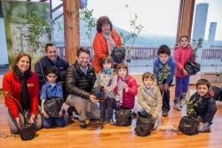 Les arbres donnés à Santiago ont grandi sur le terrain entourant la maison d'adoration bahá'íe. La communauté a fait don à la ville de ces végétaux, qui seront plantés dans des parcs et d'autres lieux.