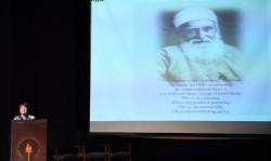 Naznene Rowhani, la représentante de la communauté bahá'íe de l'Inde, relatant des histoires d'interactions entre 'Abdu'l-Bahá et les soldats indiens.