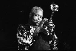 Dizzy Gillespie, qui aurait eu cent ans ce mois-ci, était un musicien américain dont on se souvient comme de l'un des plus grands trompettistes de jazz de tous les temps. (Photo publiée avec l'aimable autorisation de Roland Godefroy, Wikimedia Commons)
