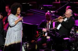 En l'honneur du 100e anniversaire de la naissance de Dizzy Gillespie, ses contributions au jazz sont célébrées par de nombreux concerts d'hommage dans le monde entier. Ici, la chanteuse Dianne Reeves et le trompettiste James Morrison se produisent avec le James Morrison Trio et le BBC Concert Orchestra sous la direction de John Mauceri au BBC Proms 2017. (Photo avec la permission de la BBC)