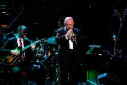 Le trompettiste James Morrison joue avec le James Morrison Trio et le BBC Concert Orchestra sous la direction de John Mauceri aux BBC Proms de 2017. (Photo avec la permission de la BBC)