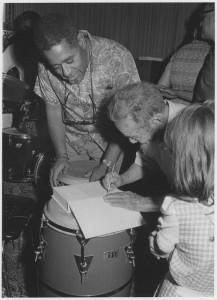 Saichiro Fujita signe un livre de Dizzy Gillespie en 1975.
