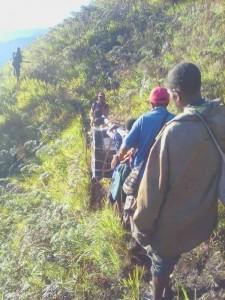 Afin d'imprimer les milliers d'invitations nécessaires pour les célébrations du bicentenaire dans le village de Daga en Papouasie-Nouvelle-Guinée, un groupe d'amis a transporté une photocopieuse à travers les montagnes.