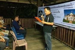 Un chef de village près de Chiang Mai lit le message du Premier ministre de Thaïlande adressé à la communauté bahá'íe.