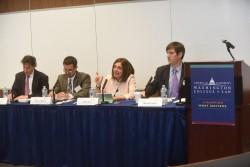 Diane Ala'i, représentante du bureau de la Communauté internationale bahá'íe auprès des Nations unies à Genève (deuxième en partant de la droite), à une table ronde sur la liberté de religion ou de conviction.