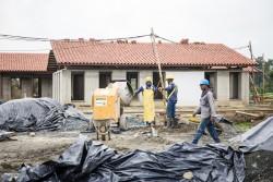 Des progrès importants ont été réalisés dans la construction des structures auxiliaires entourant la maison d'adoration. L'infrastructure des bâtiments destinés au service est en place, et les tuiles du toit et les carrelages du sol sont en train d'être posés.