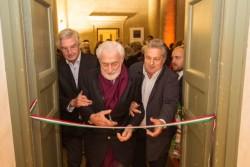 Paolo Marzotto, ancien directeur général de Industria Marmi Vicentini, âgé de 92 ans, coupant le ruban lors de l'inauguration de l'exposition du musée Palladio. À droite, Silvio Xempero, le directeur général de Margraf.
