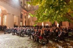 Des invités à la réception d'ouverture de « Architecture et marbre: symbiose de l'inventivité et de la matière », une exposition au musée Palladio soulignant la contribution de l'Italie à plusieurs bâtiments bahá'ís emblématiques.