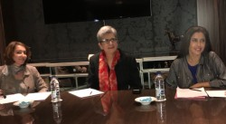 Le mois dernier, Mme Hoda Mahmoudi (au centre), actuelle titulaire de la chaire bahá'íe pour la paix mondiale, est intervenue dans deux événements aux Émirats arabes unis.