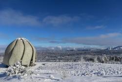 Une vue saisissante en juillet : la maison d'adoration continentale d'adoration pour l'Amérique du Sud au Chili entourée par la neige