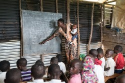 Une enseignante présente une leçon dans une école coopérative et communautaire de Walungu, en République démocratique du Congo.