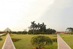 Le temple du Lotus (à gauche) et le nouveau centre éducatif (à droite)