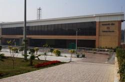 La station Kalkaji Mandir d'une nouvelle ligne de métro récemment ouverte est à proximité de la maison d'adoration. On prévoit que cet accès amélioré doublera le nombre de visiteurs du temple.