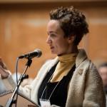 Un membre de l'assistance s'adressant aux conférenciers lors d'une discussion de groupe.