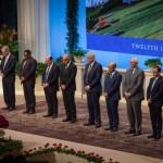Les membres de la Maison universelle de justice sont, de gauche à droite, Paul Lample, Chuungu Malitonga, Payman Mohajer, Shahriar Razavi, Stephen Hall, Ayman Rouhani, Stephen Birkland, Juan Mora et Praveen Mallik. La Maison de la justice a été élue par les délégués à la 12e Convention internationale bahá'íe à Haïfa.