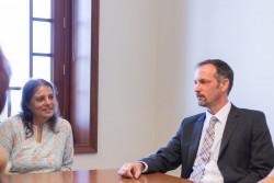 Gloria Javid (à gauche) de l'Inde et son collègue conseiller Daniel Peirce Olam participent à une conversation avec d'autres conseillers au sujet de l'impact des jeunes sur leurs communautés.