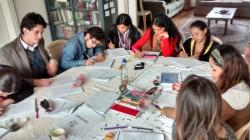 Des participants en Colombie se divisent en petits groupes pour étudier et se concerter.