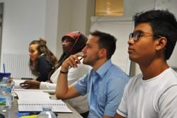 Des jeunes en France participent à une session de groupe pour étudier et discuter de la documentation fournie pour le séminaire.