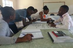 Des étudiants universitaires en Zambie travaillent ensemble à un exercice au cours du séminaire de premier cycle de l'ISGP.
