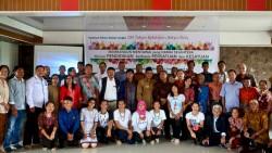 Des participants au séminaire, « Construire un Mentawaï prospère et paisible à travers une éducation basée sur l'unité et l'harmonie », rassemblés pour une photo de groupe.