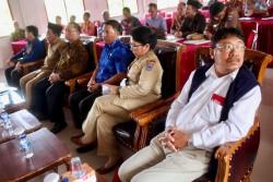 Des représentants du gouvernement assistant au séminaire d'avril, notamment, de droite à gauche : le pasteur Panulis Saguntung, chef du Forum pour l'harmonie entre les disciples des religions pour la régence Mentawaï ; Mme Seminar Siritoitet, représentante du régent du district des îles Mentawaï et assistante gouvernementale pour le bien-être des communautés à Mentawaï ; M. Nikanor Saguruk, chef adjoint du parlement local ; M. Muharram Marzuki, chef du centre de Recherche et développement du ministère indonésien des Affaires religieuses ; M. Masdan, chef du ministère des Affaires religieuses de la régence Mentawaï ; M. Haji Ibnu Hasan Muchtar, chercheur principal du ministère indonésien des Affaires religieuses.