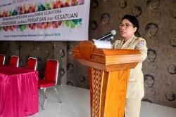Mme Seminar Siritoitet, représentante du régent du district des îles Mentawaï et assistante gouvernementale pour le bien-être des communautés à Mentawaï, s'exprimant lors de la réunion.