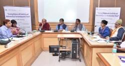 De gauche à droite : M. Singh ; Mme Jain ; M. Rahul Jalali, ancien président de Press Club of India ; M. Mitra ; M. Suresh ; Mme Nilakshi Rajkhowa, directrice du bureau des Affaires publiques des bahá'ís d'Inde ; et Syed Babar Ashraf, coordinateur en chef de la Fédération soufie de l'Inde. Ils étaient parmi les participants à la table ronde du samedi 12 juillet qui a eu lieu à l'Institut indien de communication de masse à New Delhi.