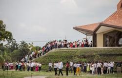 Participants au rassemblement d'inauguration de dimanche sortant de la maison d'adoration bahá'íe au Norte del Cauca, en Colombie, après avoir prié à l'intérieur pour la première fois.