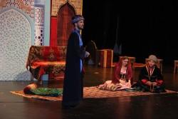 Scène où le cousin de Tahirih, qui a joué un rôle important en lui faisant connaître les mouvements de réflexion intellectuels et religieux, s'entretient avec deux autres membres de la famille de Tahirih.