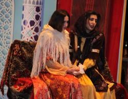 Dans cette scène, Tahirih, à gauche, rencontre la femme de Siyyid Kazim, un important chef religieux dont les fidèles attendaient la venue imminente d'un Messager de Dieu.