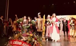 Les acteurs de la pièce « Fille du Soleil » sous les applaudissements du public à la fin de leur première représentation, le 8 juillet.