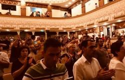 Les membres du public font une « standing ovation » à la première de « Fille du soleil ».