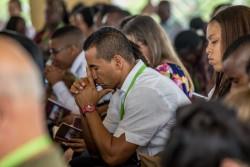 Participants à un programme de dévotion écoutant les prières à l'intérieur du temple, dimanche.