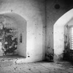 Cette photo de 1921 montre la cellule de prison dans laquelle Bahá'u'lláh a été détenu pendant plus de deux ans, de 1868 à 1870. C'est là qu'il a révélé certains des messages adressés aux rois et aux dirigeants du monde.