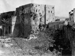 Cette photo de 1907 montre la caserne où Bahá'u'lláh et ses compagnons ont été emmenés après leur arrivée à Acre, le 31 août 1868. C'était à l'intérieur de cette prison que Bahá'u'lláh a écrit certains de ses messages aux rois et aux dirigeants de monde.